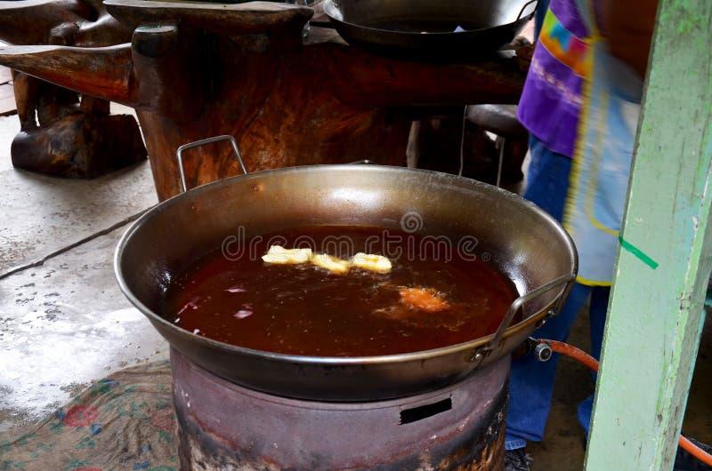 烹调油炸doughstick或Youtiao的泰国人 库存照片