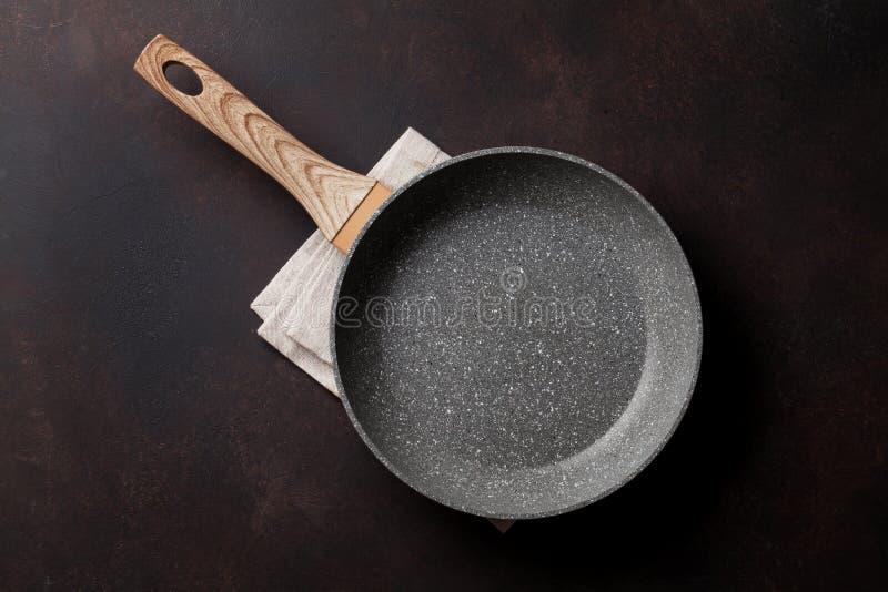 烹调油煎查出的平底锅白色的设备 库存照片