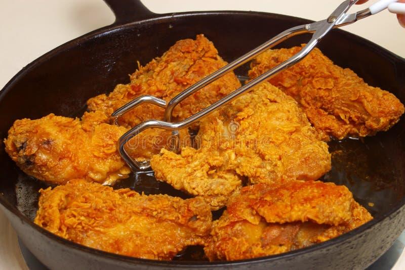 烹调油煎的煎锅的鸡 免版税库存图片