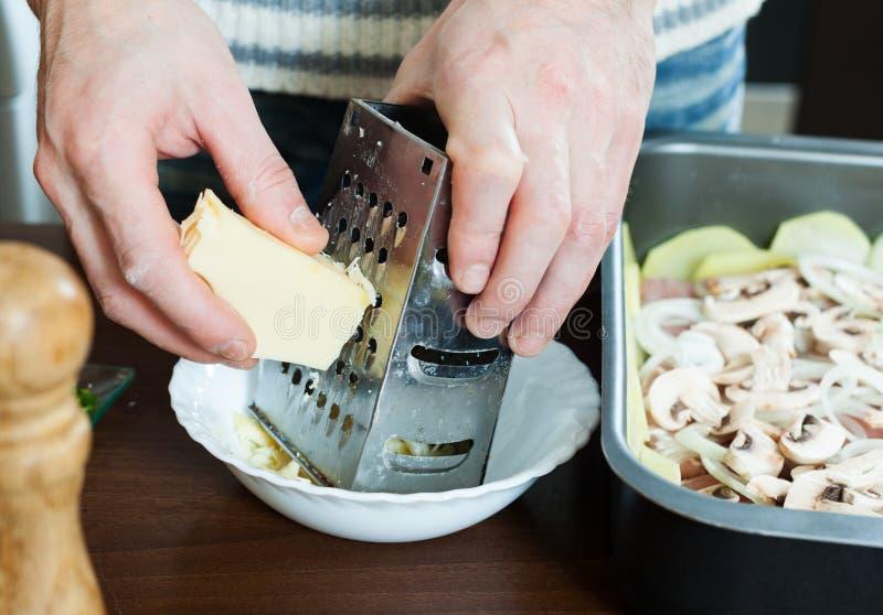 烹调法国式小牛肉greating的乳酪 库存照片
