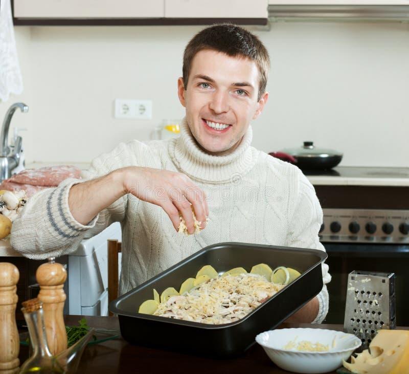烹调法国式肉的人在厨房 免版税库存照片