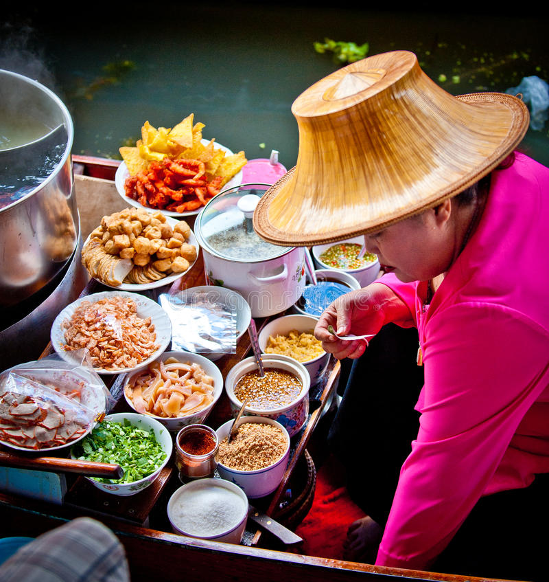 烹调浮动的食物市场妇女的曼谷 库存照片