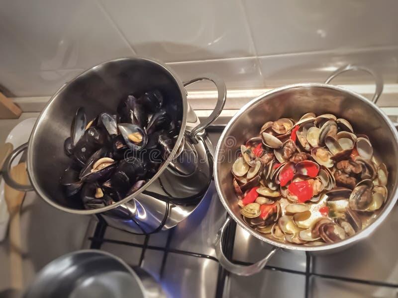 烹调淡菜和蛤蜊 免版税库存图片