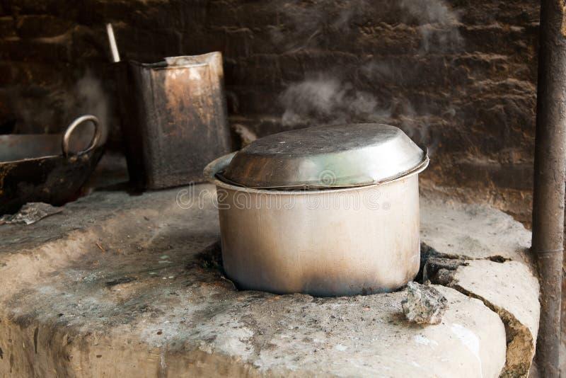 烹调深印第安kadhai karahi老平底锅 库存照片