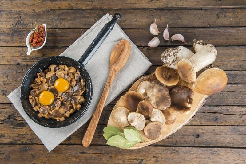 烹调炒蛋用蘑菇 图库摄影