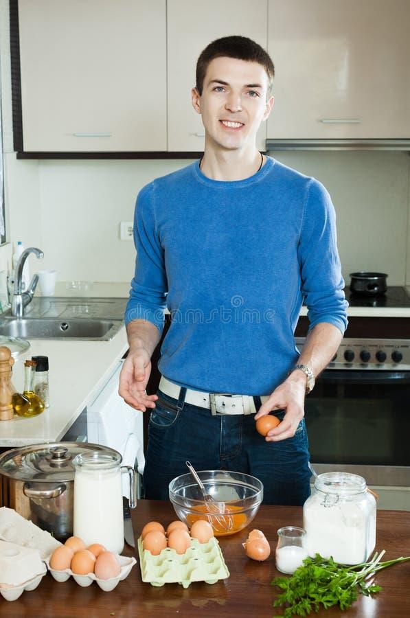 烹调炒蛋的人 库存照片