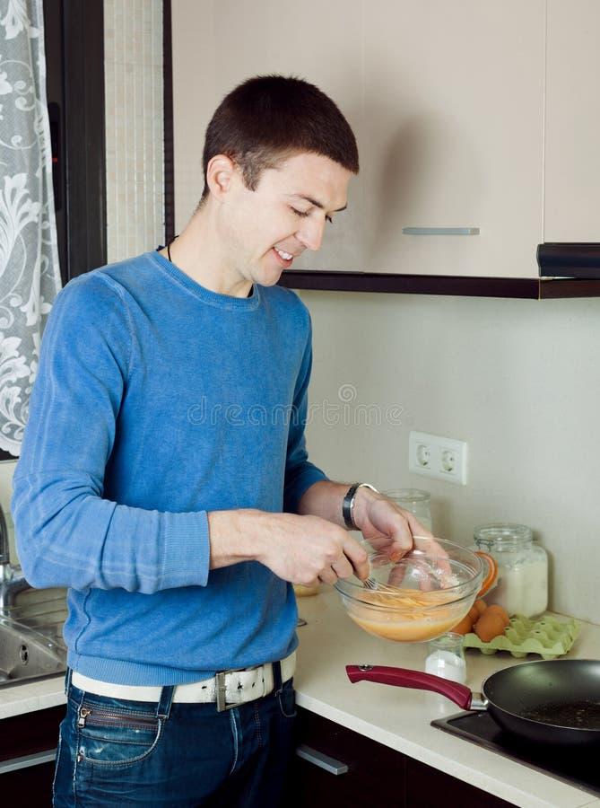 烹调炒蛋的人 库存图片