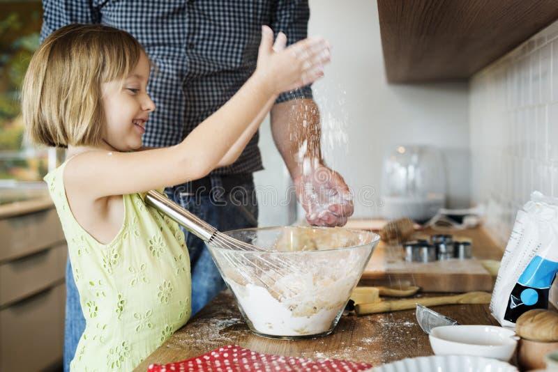 烹调烘烤准备概念的孩子曲奇饼 免版税库存照片