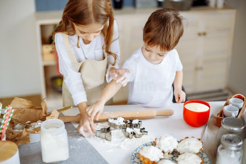 烹调烘烤曲奇饼厨房概念的孩子 免版税图库摄影
