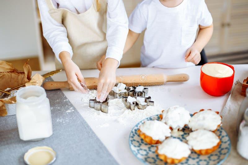 烹调烘烤曲奇饼厨房概念的孩子 免版税库存照片