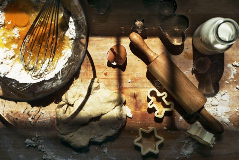 烹调烘烤Preaparation概念的孩子曲奇饼 免版税库存图片