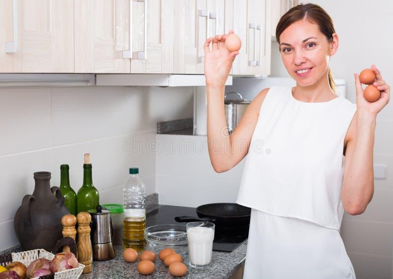 烹调煎蛋卷的妇女 免版税库存图片