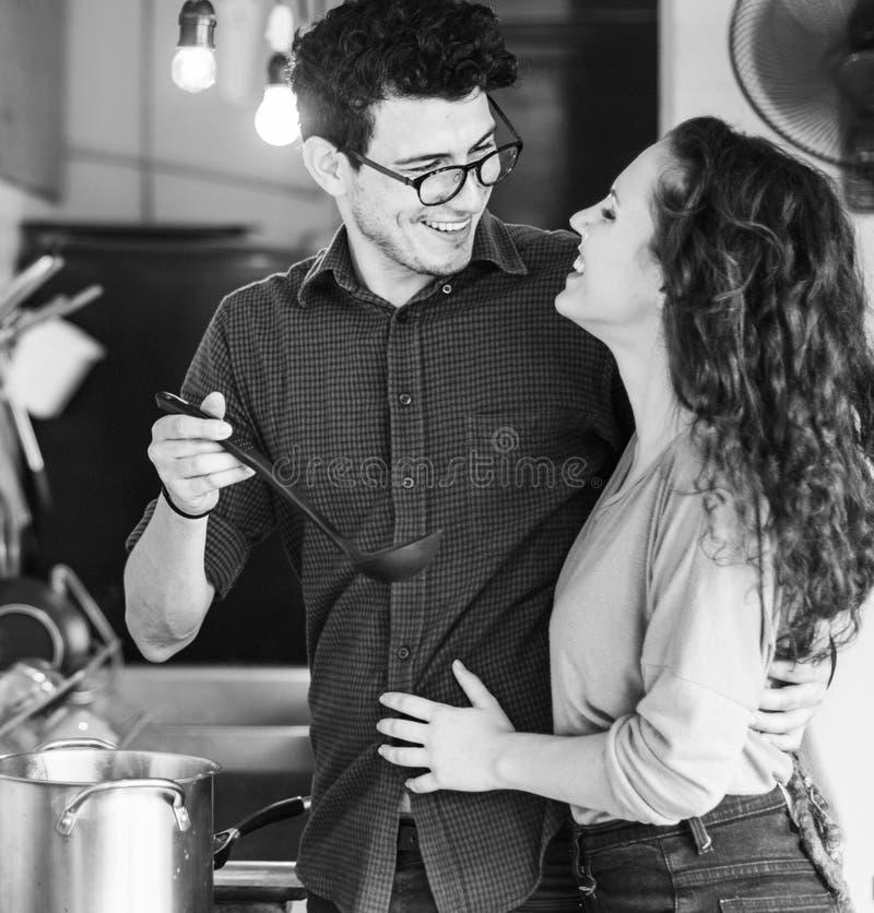 烹调爱好Liefstyle概念的夫妇 免版税库存照片