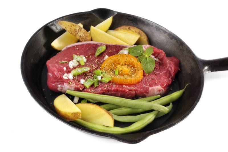 烹调牛排蔬菜 库存图片