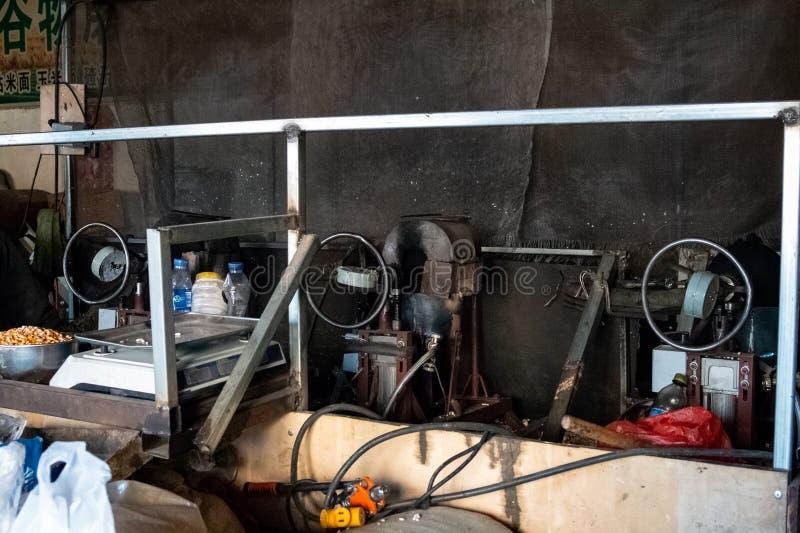 烹调玉米花和流行的米的过程 使用老设备的过时科技通过加热与五谷的一个特别锅炉 免版税库存照片