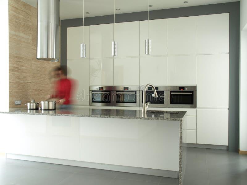 烹调现代女性内部的厨房 库存照片