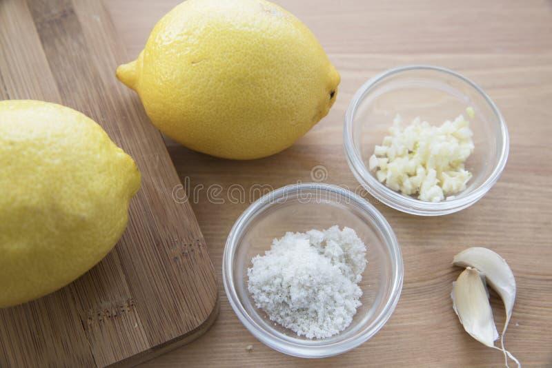 烹调用柠檬和大蒜 免版税库存照片