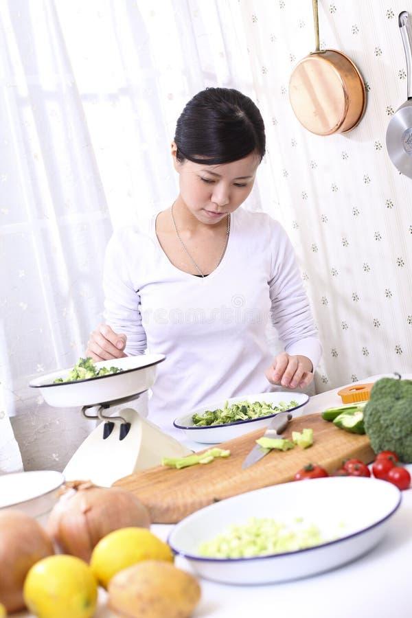烹调的亚裔妇女 库存图片