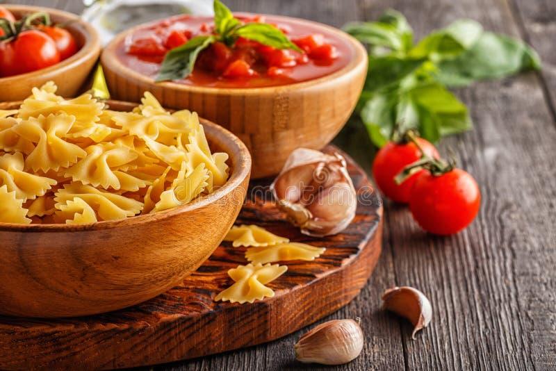 烹调的产品-面团,蕃茄,大蒜,橄榄油 免版税库存照片