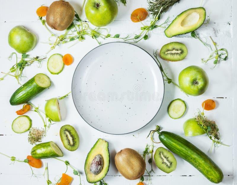 烹调的圆滑的人成份 有机绿色蔬菜和水果在木白色土气背景 复制空间 免版税库存图片