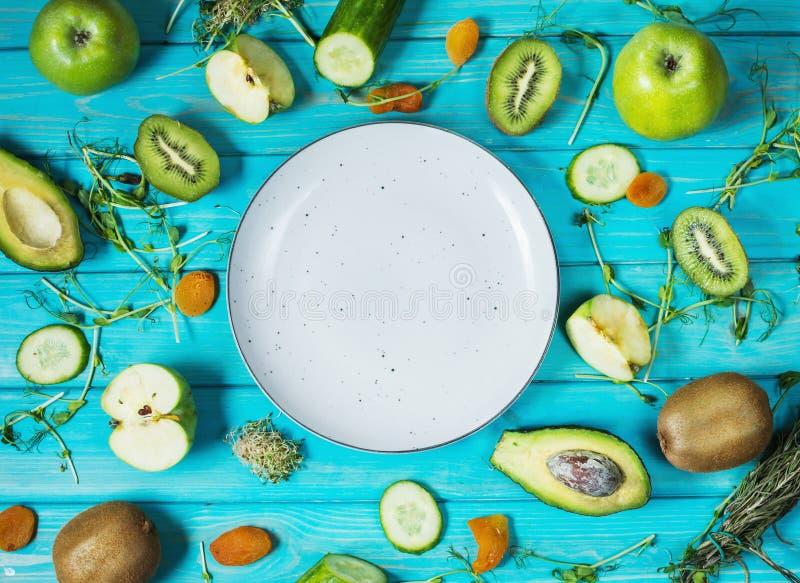 烹调的圆滑的人成份 有机绿色蔬菜和水果在木蓝色土气背景 复制空间,舱内甲板 免版税图库摄影