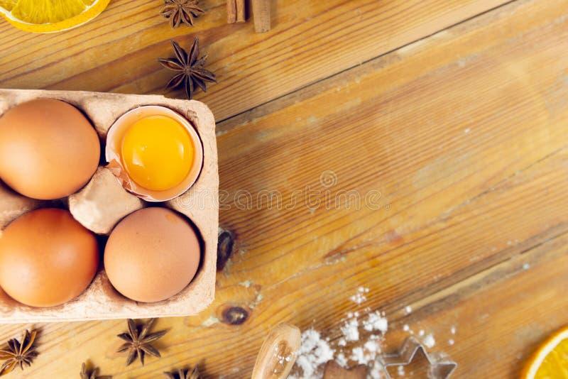 烹调的圣诞节烘烤成份在木背景 免版税图库摄影