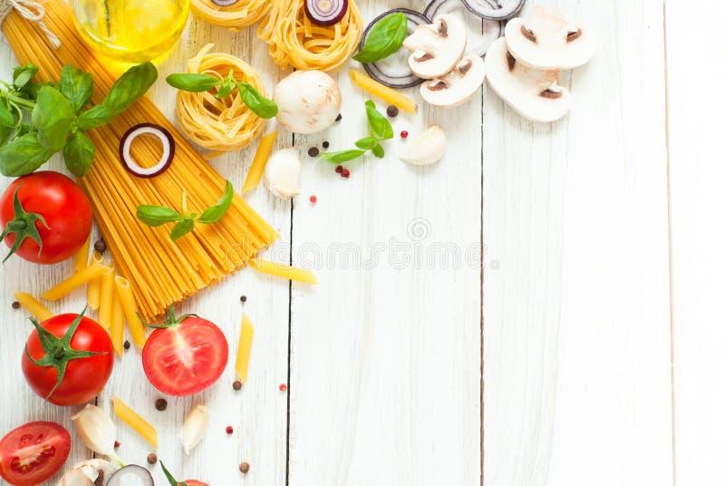 Download 烹调的意大利面团成份 库存照片. 图片 包括有 意大利语, 健康, 附属程序, 厨房, 正餐, 原始, 胡椒 - 72365922