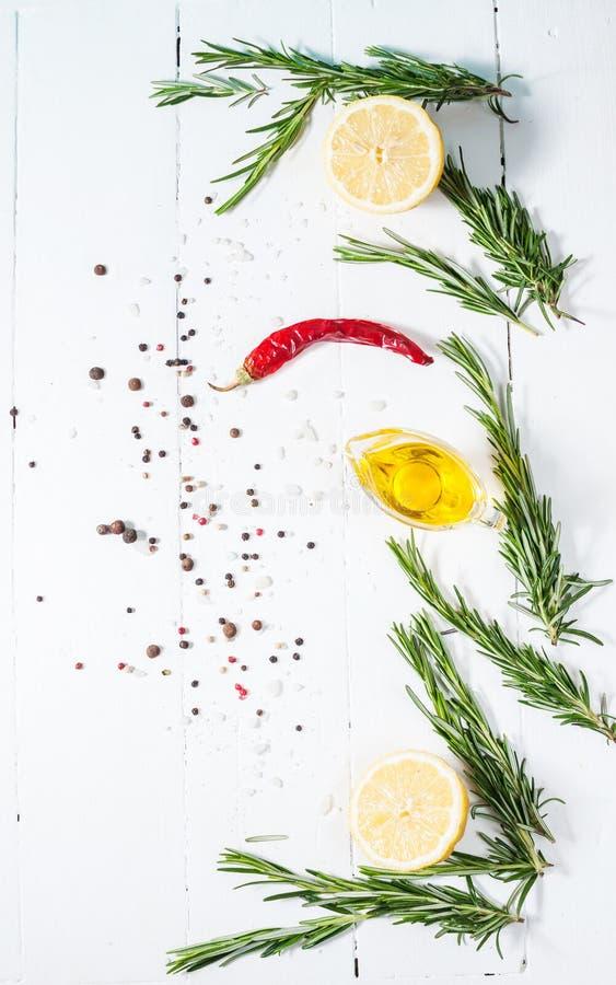 烹调的成份 香料草本和迷迭香 在白色木桌上的食物背景 顶视图 库存照片