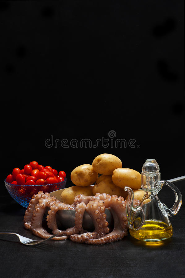 烹调的章鱼热的沙拉成份用土豆 橄榄o 免版税库存照片