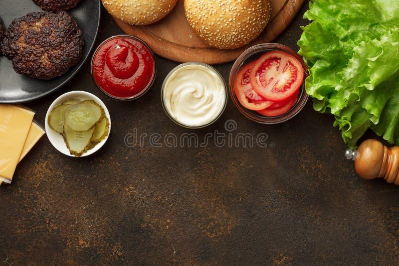 烹调的自创快餐汉堡成份与拷贝空间 免版税库存照片