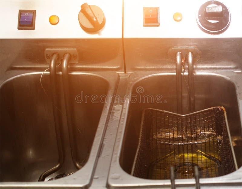 烹调的薯条双重深炸锅,在土气和切片土豆,厨房,特写镜头 库存照片
