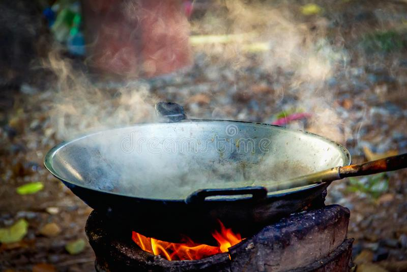 烹调的铁平底锅在壁炉 免版税库存图片