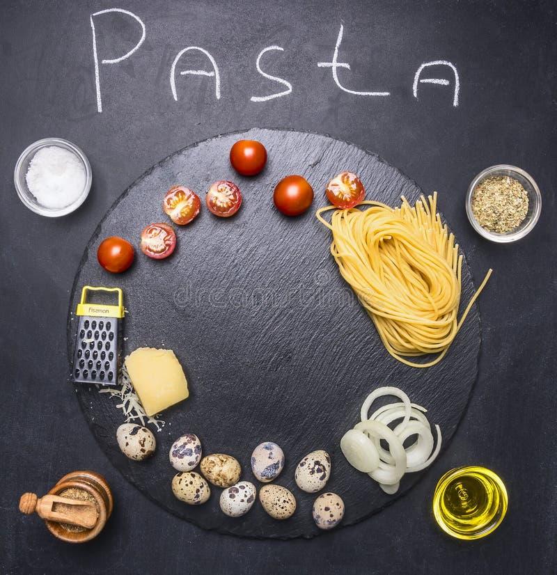 烹调的面团成份用鹌鹑蛋和帕尔马干酪和西红柿、香料和油在土气黑backgro 免版税库存图片