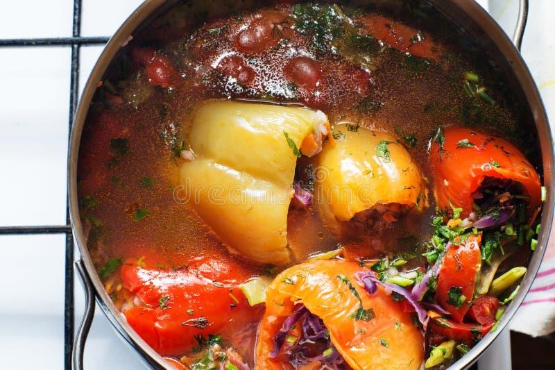 烹调素食主义者充塞了甜椒用在平底深锅的蕃茄在烹饪器材 r 免版税库存照片
