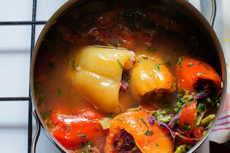 烹调素食主义者充塞了甜椒用在平底深锅的蕃茄在烹饪器材 r 免版税库存图片