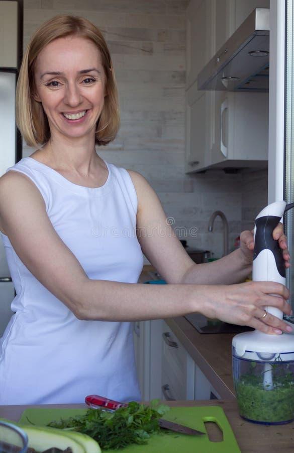 烹调素食主义者食物的年轻女人 吃健康 库存图片