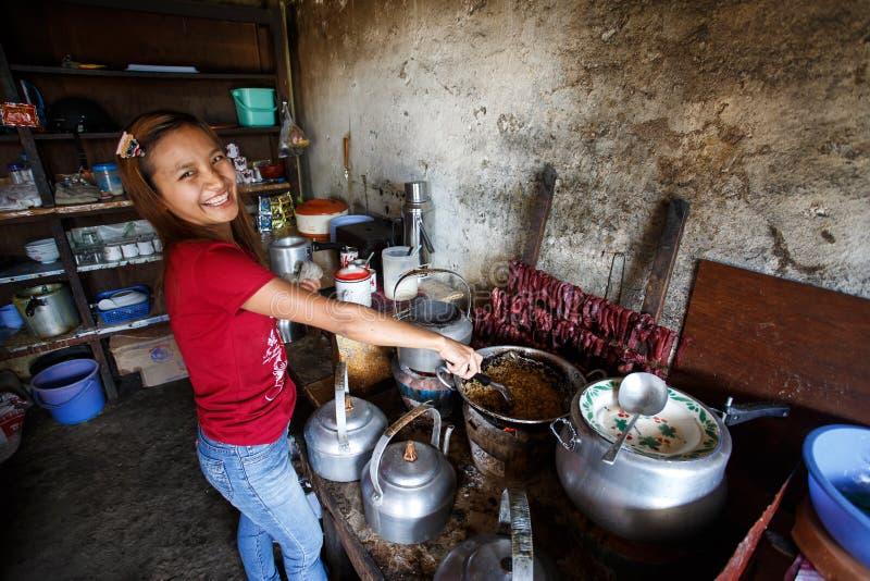 烹调缅甸食物的女孩在Falam,缅甸(缅甸) 免版税库存照片