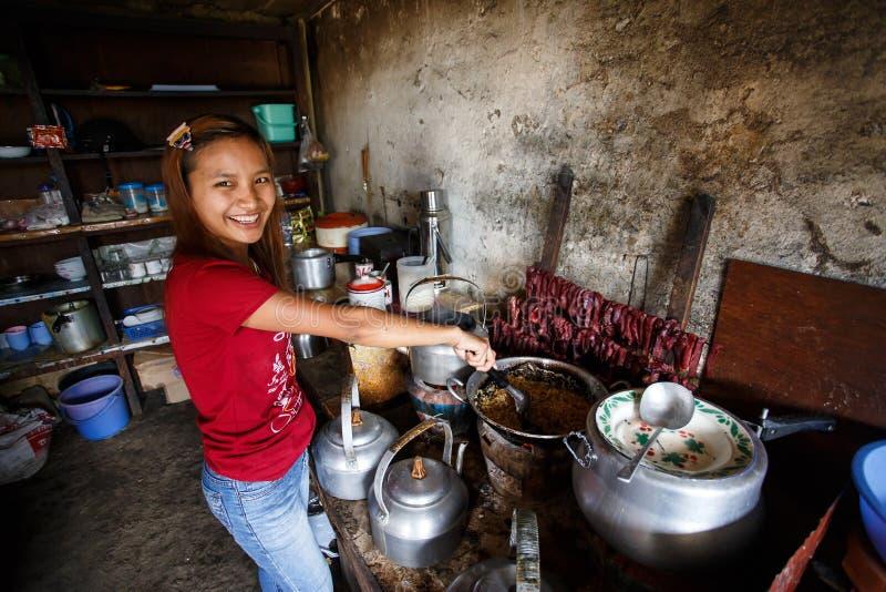 烹调缅甸食物的女孩在Falam,缅甸(缅甸) 库存照片