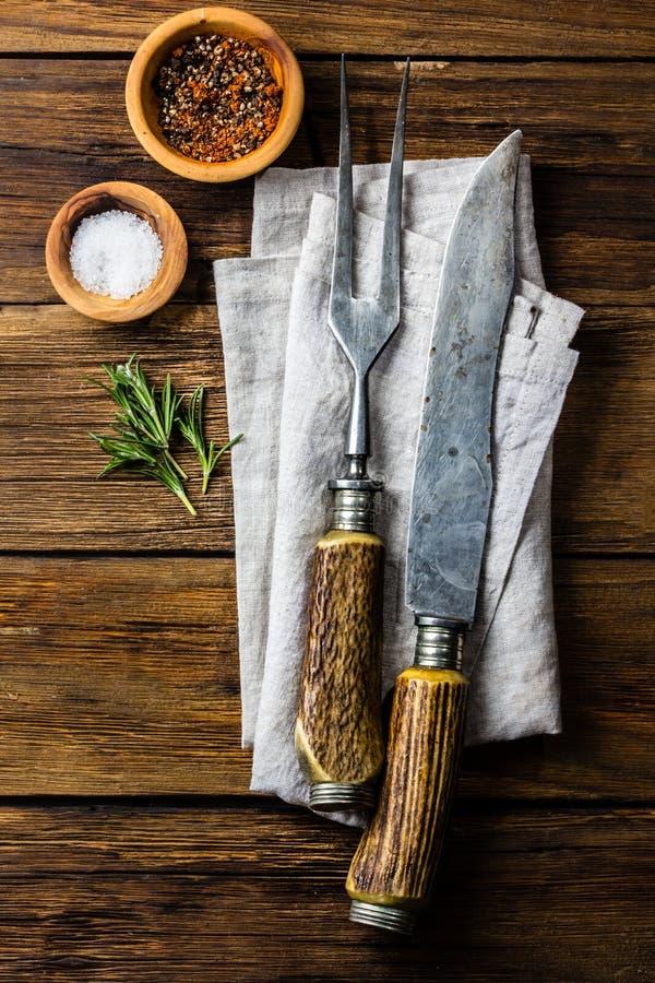 烹调背景概念 葡萄酒利器,在木背景的香料 库存图片