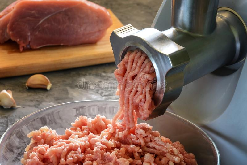 烹调自创肉的过程,特写镜头 在背景中,肉用在迷离的香料 库存图片