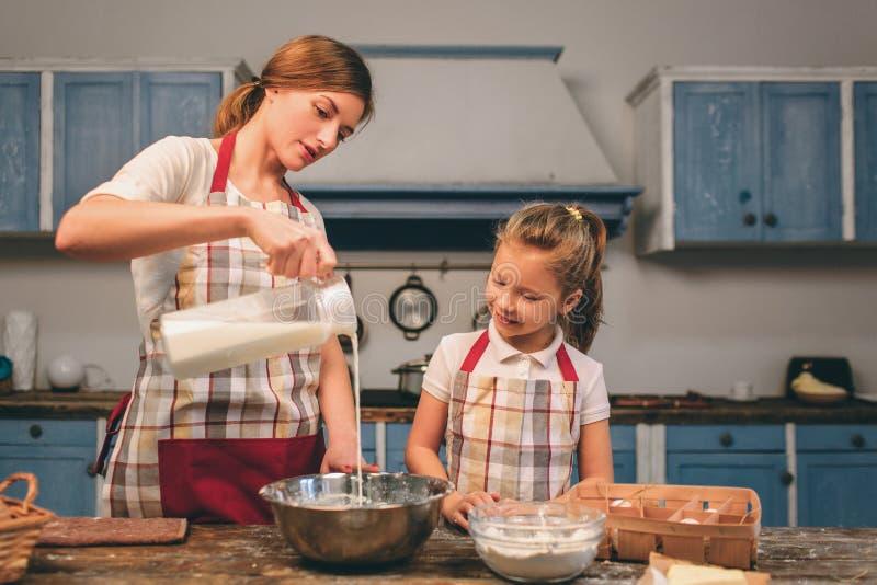 烹调自创蛋糕 愉快的爱恋的家庭一起准备面包店 母亲和儿童女儿女孩烹调 库存图片