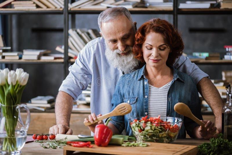 烹调菜沙拉的夫妇 免版税库存照片