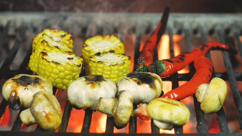 烹调菜玉米、蘑菇、大蒜和辣椒的烤肉 图库摄影