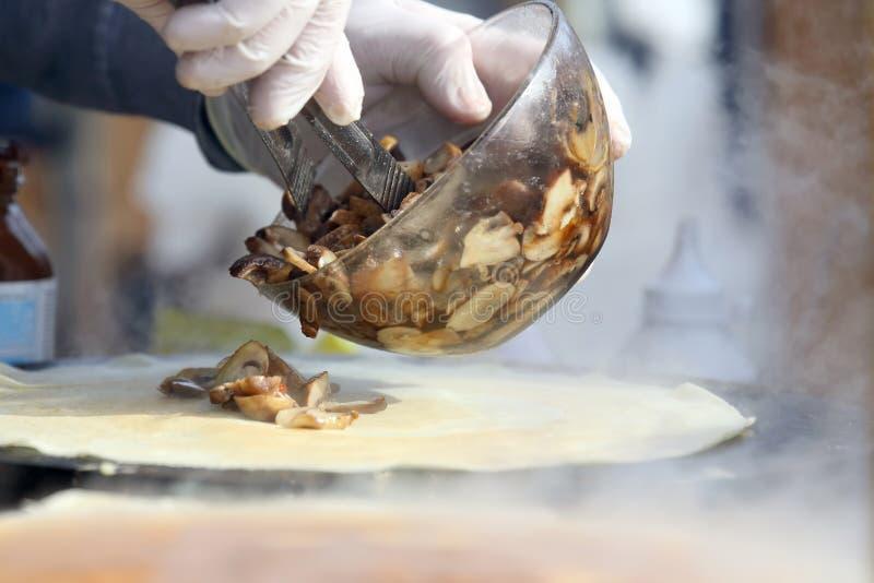 烹调薄煎饼充塞用蘑菇 免版税图库摄影