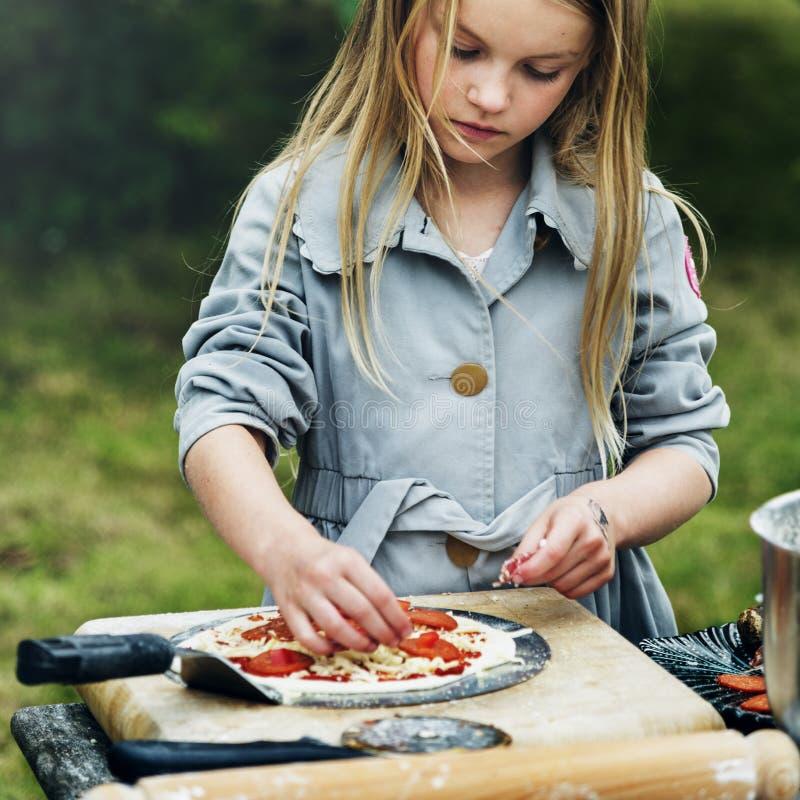 烹调薄饼概念的小女孩 免版税库存照片