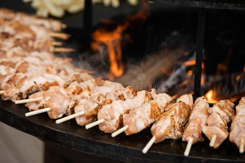 烹调街道食物-肉和鸡Kebab,刺穿在木串 库存图片