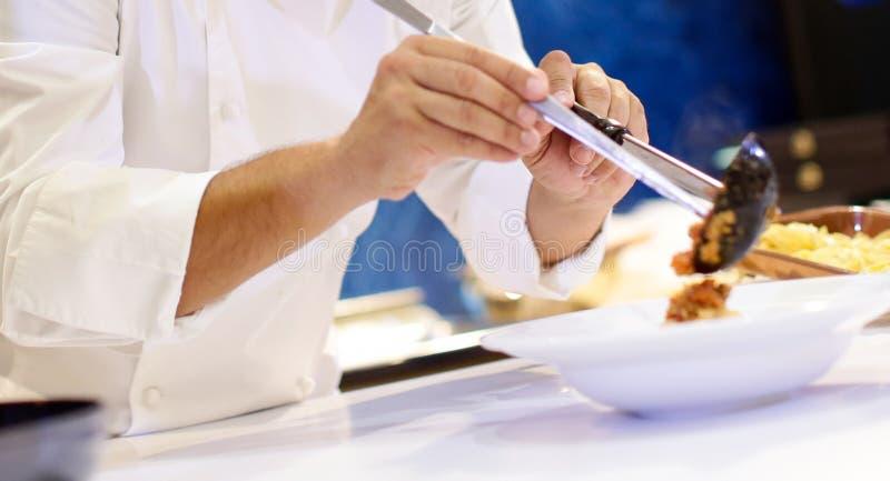 烹调面团,厨师的厨师在厨房里服务在板材的意粉carbonara 免版税库存图片