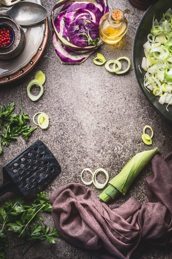 烹调食物背景用撇蓝、韭葱、煎锅和厨房工具,顶视图 健康素食食物和吃,干净 库存照片