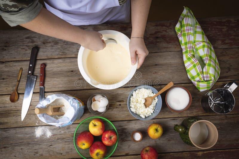 烹调食物 准备新鲜的薄煎饼 妇女在厨房里 烹调在厨房 顶视图 免版税库存照片