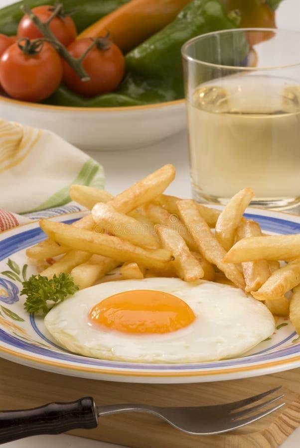 烹调鸡蛋油煎了西班牙语的土豆 免版税库存照片